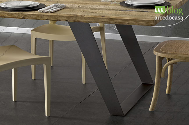 Tavoli industrial design il fascino del legno la - Gambe in ferro per tavoli ...