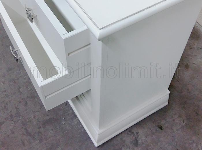 cassetti aperti con guide in legno