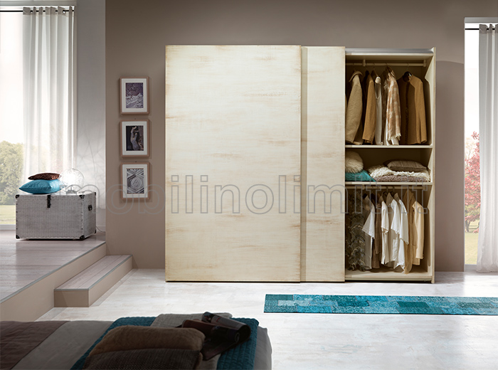 Disposizione interna armadio con appenderia e mensola