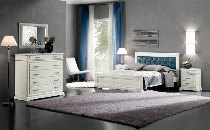 Camera da letto classica bianca con letto capitonnè