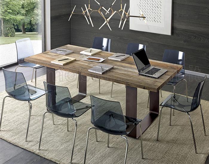 Sedie moderne in policarbonato e tavolo industrial