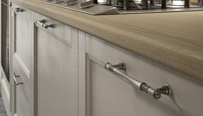 Ante della cucina con maniglie decor argento