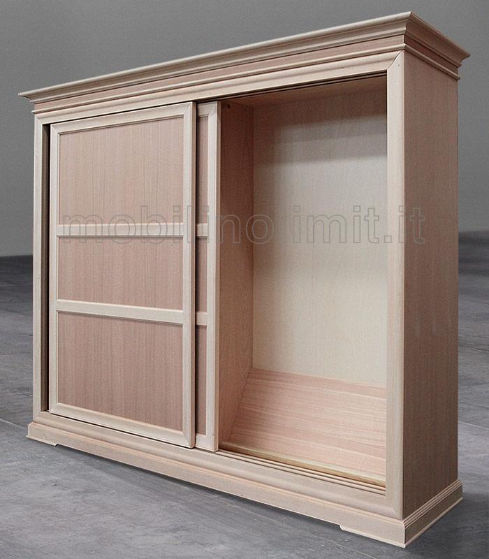 armadio con anta aperta e vista interna