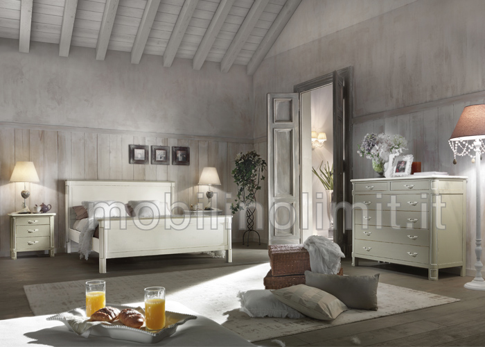 Camera matrimoniale con letto arte povera shabby chic - Camera letto shabby ...